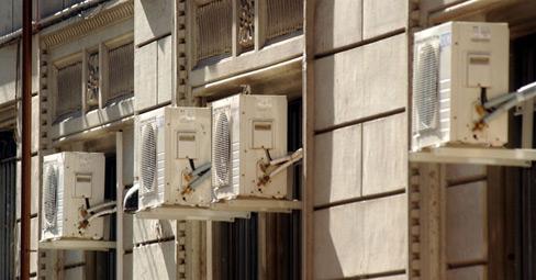 condizionatori appesi al palazzo